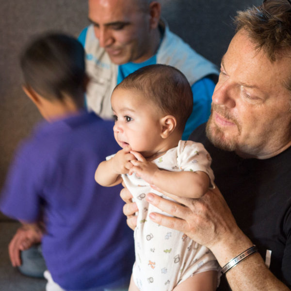 Unicef UK Ambassador Eddie Izzard meeting children at Dohuk refugee camp. Unicef/2016