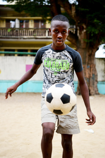 Child playing football in Côte d'Ivoire. ©UNICEF/Dejongh